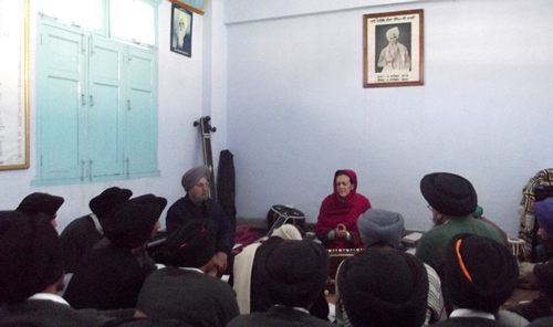 Dr. Francesca Cassio during a lecture at the Bhai Vir Singh Gurmat Vidyalay, Amritsar.
